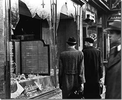 """Negozio ebreo distrutto nella """"Notte dei cristalli"""" (1938)"""
