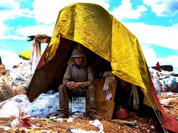 Trabalhadores improvisam barracos para descansar e guardar seus materiais recolhidos no lixo. (Foto: Paula Fróes)
