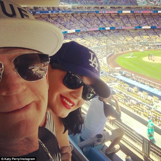 Home run!  No domingo, a estrela compartilhou uma foto de si mesma assistindo beisebol com o pai Maurice enquanto celebravam o dia dos pais, no Estádio Dodgers Los Angeles '