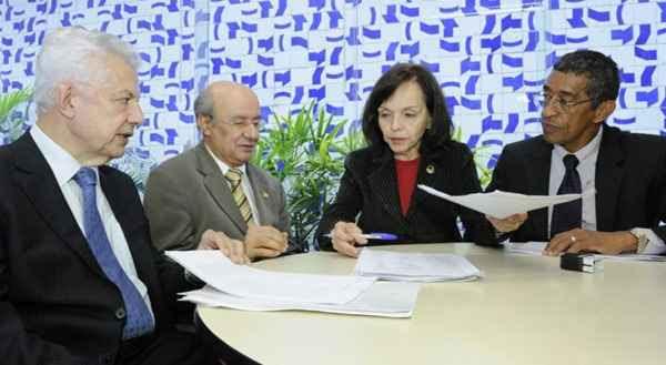 Senadores entregam o requerimento de criação da CPI da Petrobras: caso está na Comissão de Constituição e Justiça. Foto: Waldemir Barreto/Agência Senado (Waldemir Barreto/Agência Senado)