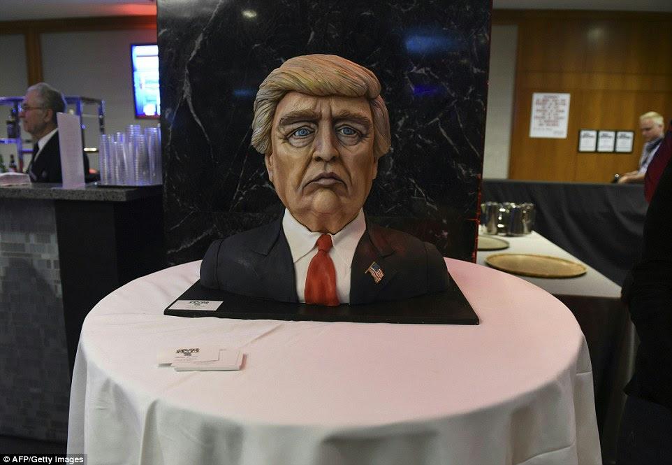 Um bolo à semelhança de candidato presidencial republicano Donald Trump está em exposição no seu evento noite da eleição no New York Hilton Midtown em Nova York