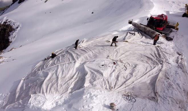 В Швейцарии активно шьют гигантские одеяла для защиты ледников