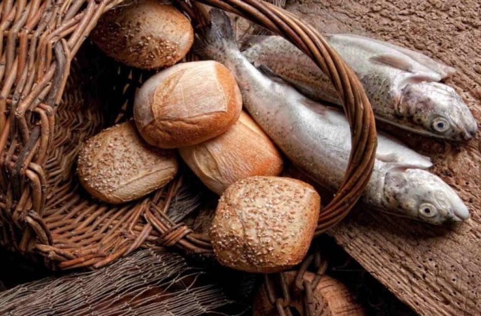 http://ikivotos.gr/storage/photos/c_950px_624px/201510/fish-bread.jpg