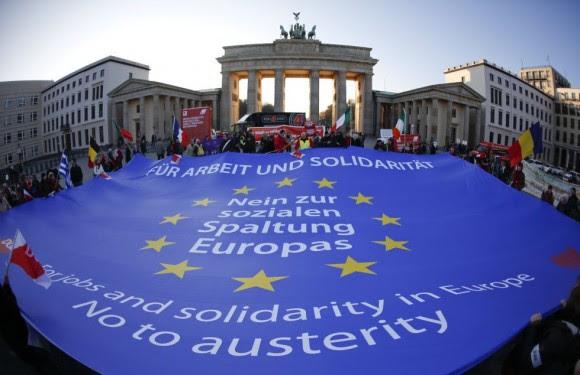 Centenares de personas se sumaron al acto de solidaridad convocado por la Confederación Alemana de Sindicatos (DGB) con motivo de la jornada europea de acción por el trabajo y la solidaridad ante la emblemática Puerta de Brandeburgo en Berlín. Foto: Reuters.