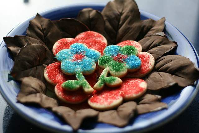 Chocolate leaves and cookies