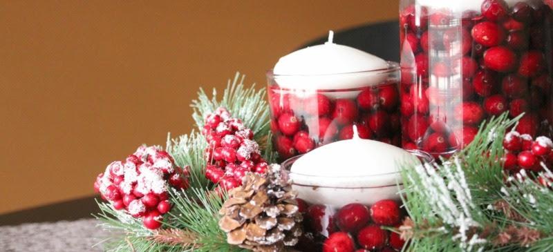 Weihnachtsdeko Ideen  Kranz mit Beeren, Tannenzweigen und zapfen und