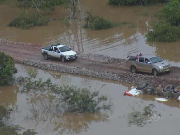 Na estrada de acesso à balsa, no antigo porto, um caminhão caiu ao lado da pista (Foto: Reprodução/TV Rondônia)