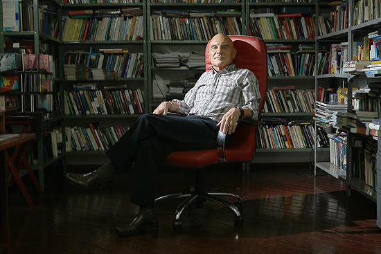 O professor de Relacões Internacionais da Universidade de Brasilia (UnB), Eduardo Viola, em sua residência