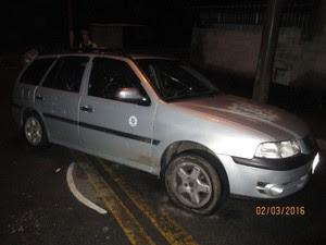 Carro que a vítima estava foi metralhado (Foto: Divulgação/DIG)