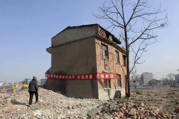 Foto de 2008 mostra imóvel que não foi demolido em canteiro de obras em Hefei, na província de Anhui  (Foto: Jianan Yu/Reuters)