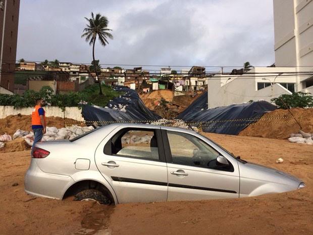 Veículo ficou parcialmente soterrado após novo deslizamento (Foto: Matheus Magalhães/Inter TV Cabugi)
