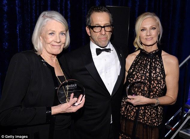 Orgulhoso: Atriz Vanessa, 77, parecia feliz como ela agarrou seu gongo, como ela posou ao lado de presidente Kenneth Cole e Joely