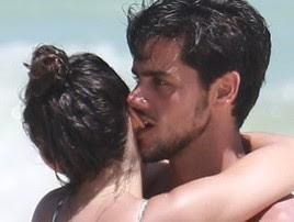 Na praia, Felipe Simas dá mordida na orelha da mulher grávida (AgNews  / AgNews)