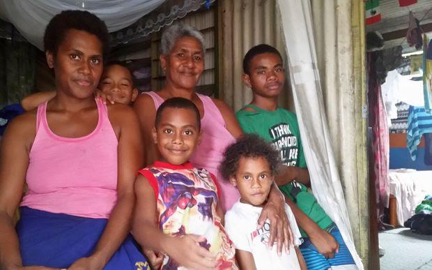 Family shot of 6 family members