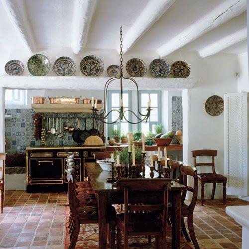 El lujo de tener espacio, una gran cocina económica, la colección de platos antiguos... Perfecta.