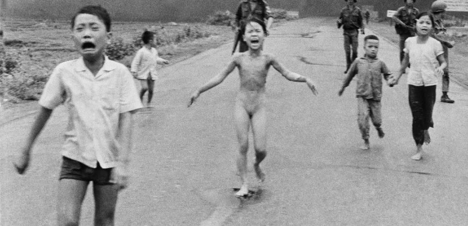 Kim Phuc, alors âgée de neuf ans, après l'attaque au napalm à Trang Bang, au Vietnam, le 8 juin 1972. (Nick Ut/AP/Sipa)