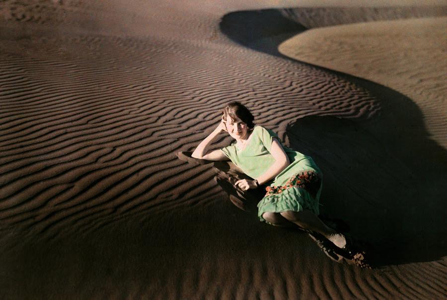 Una mujer que se plantea en agitó las dunas de arena cerca de Crescent City, California, junio 1929.Photograph por Charles Martin, National Geographic