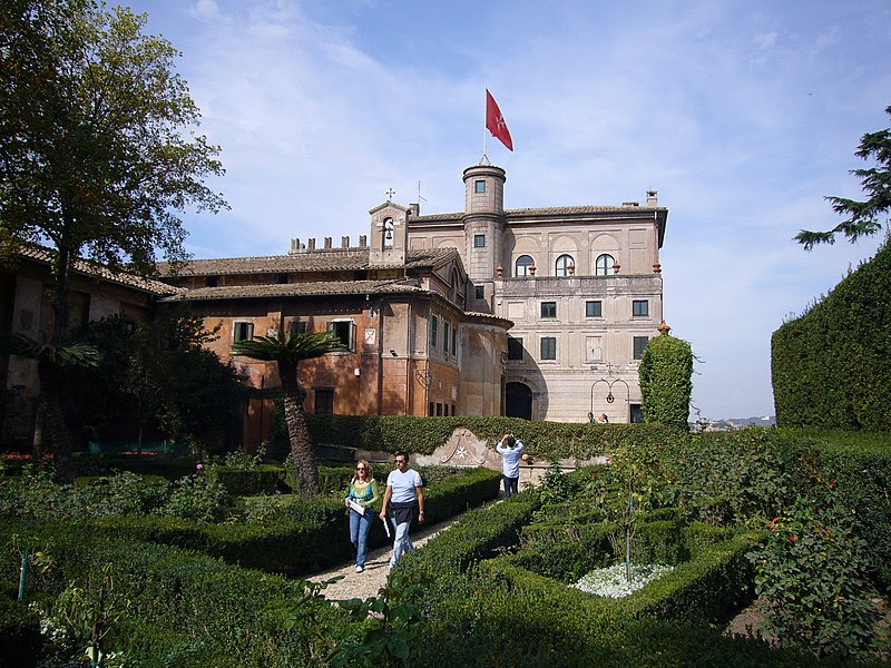 Fil: Aventino s Maria del Priorato villa dal giardino 1050419.JPG