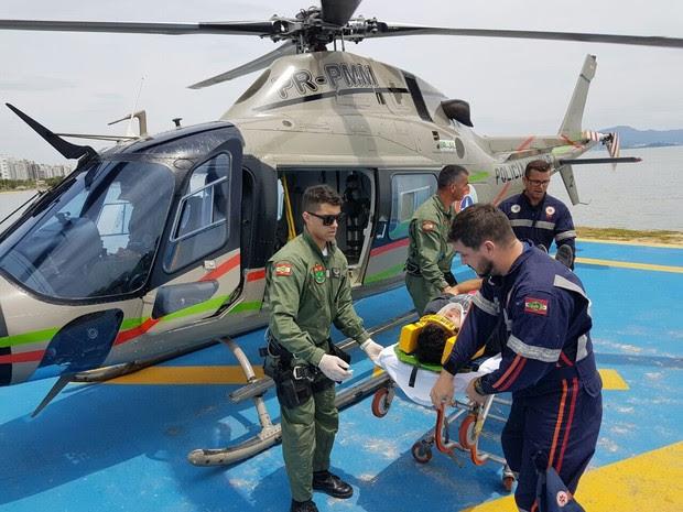 Piloto foi encaminhado ao hospital em Florianópolis (Foto: Polícia Militar/Divulgação)