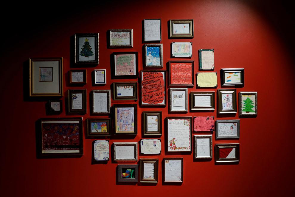 В офисе Санта Клауса на стене винят особо ценные письма