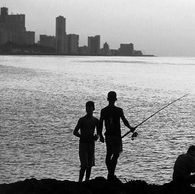 Decenas de niños viven de lo que pescan en el malecón habanero (foto del autor)