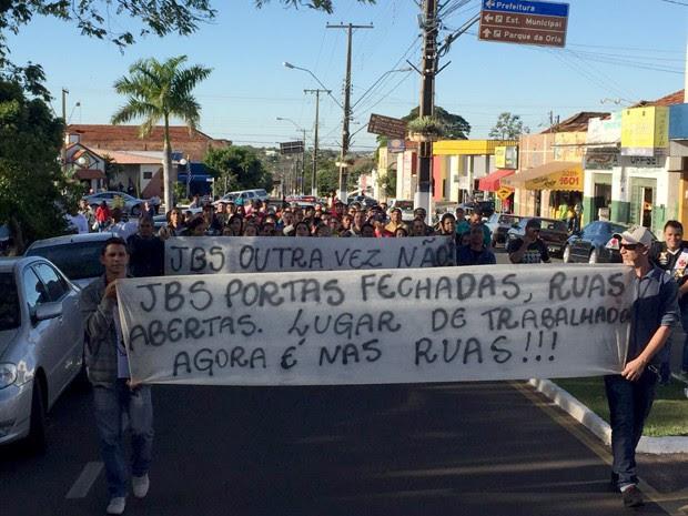 Trabalhadores se uniram em protesto contra o fechamento do frigorífico (Foto: Murilo Zara/TV Fronteira)