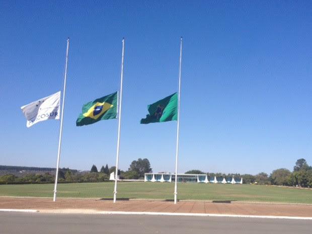 Presidente Dilma Rousseff decretou luto pela morte de Eduardo Campos; no Palácio da Alvorada, bandeiras estavam a meio-mastro (Foto: Filipe Matoso / G1)