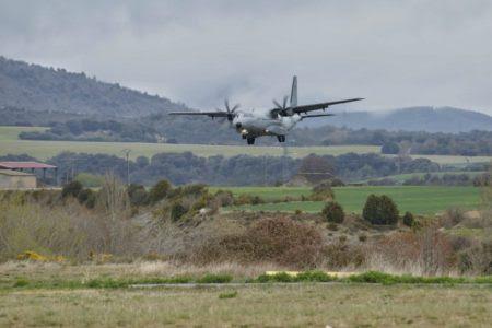 Fotografía del avión accidentado en corta final a la pista de Santa Cilia y que ha distribuido la UME.