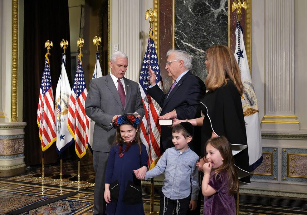David Friedman presta juramento ao cargo de embaixador dos EUA em Israel diante do vice-presidente Mike Pence e ao lado da mulher e dos netos (Foto: Mandel Ngan / AFP)