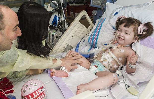 Pais de Hannah brincam com a garota, que está em recuperação no hospital (Foto: OSF Saint Francis Medical Center/AP)