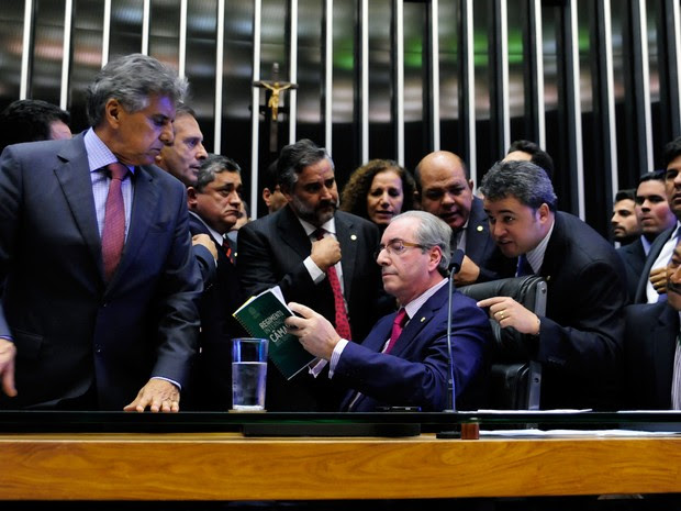 O presidente da Câmara, Eduardo Cunha (PMDB-RJ), cercado por deputados a favor e contra o impeachment, durante votação secreta que elegeu oposicionistas e dissidentes para comissão especial que vai analisar impeachment da presidente Dilma Rousseff (08/12/ (Foto: Alex Ferreira/Câmara dos Deputados)