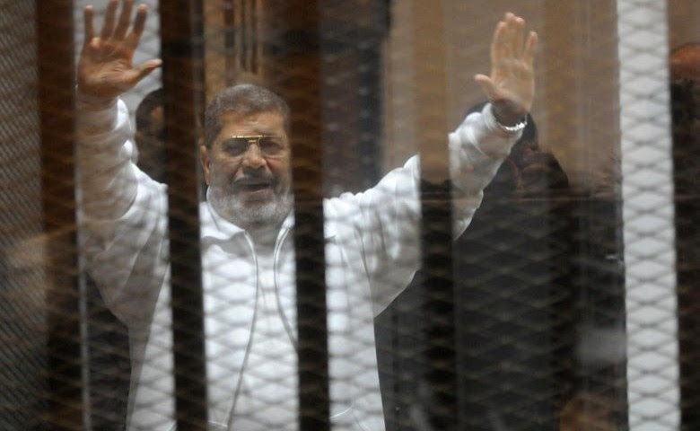 Egypte Morsi in a cage in court