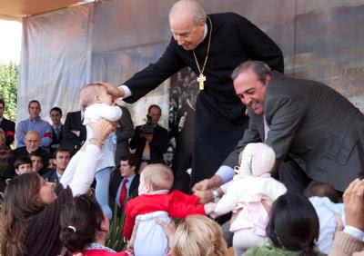 Bendiciendo a niños en Córdoba.