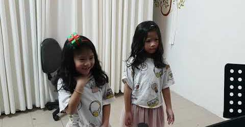 Giả vờ đưa 2 con gái đi học hát và học lóm
