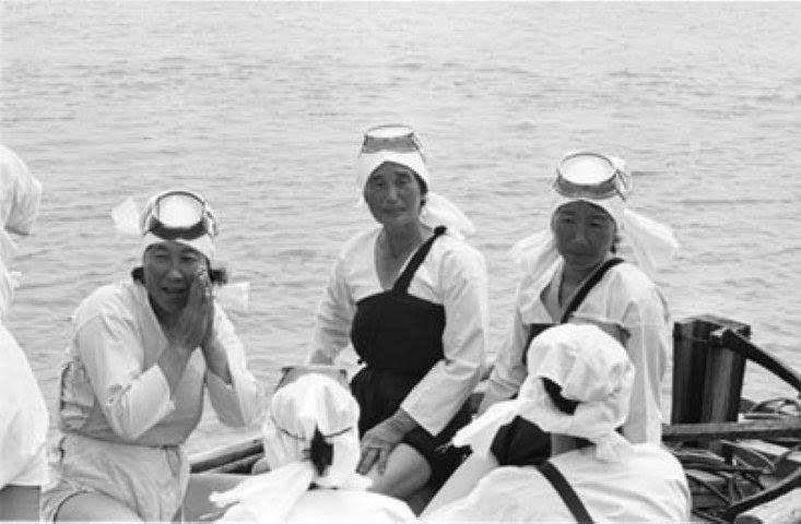 Haenyeo con sus trajes de algodón (Mulsojungyi) previos a la introducción de los trajes de neopreno.