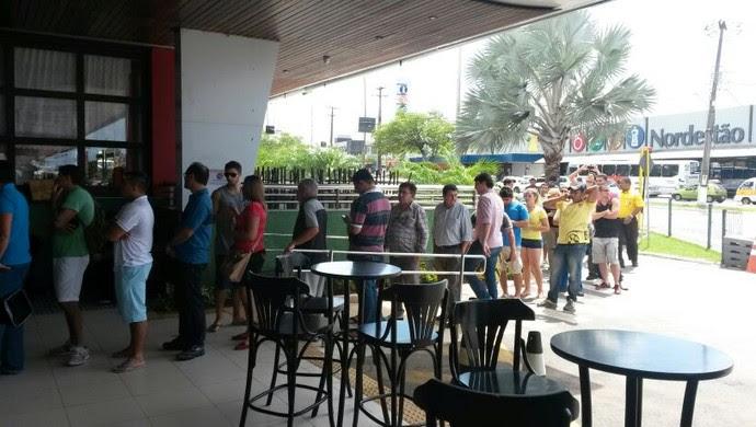 Filas se formaram desde cedo no Centro de Ingressos da Fifa em Natal, RN (Foto: Victor Lyra/Inter TV Cabugi)