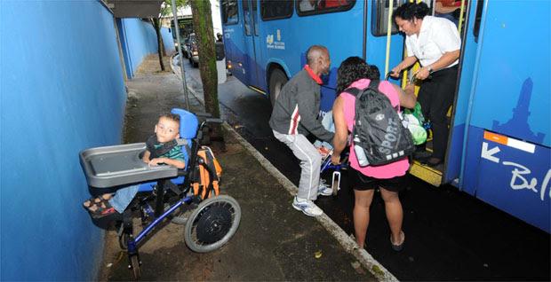 Na volta para casa, conta com ajuda para pôr Caio e Vítor no ônibus