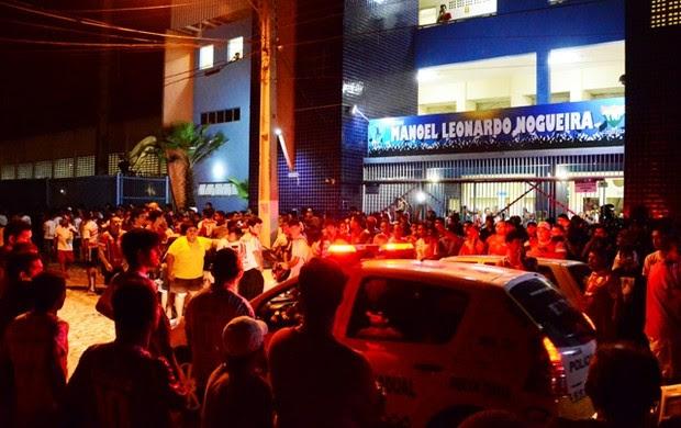 Torcedores do Potiguar de Mossoró esperam no Nogueirão para agredir árbitro (Foto: Wilson Moreno/Gazeta do Oeste)