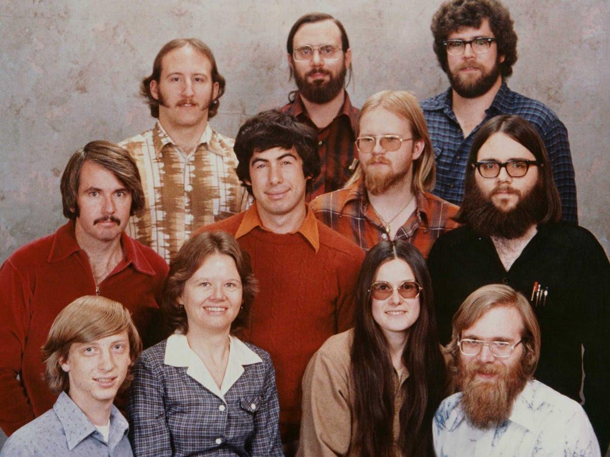 Trong khi ông vẫn còn ở trường, Gates bắt đầu phát triển phần mềm cho MITS Altair, máy tính cá nhân đầu tiên trên thế giới. Năm 1977, Gates và Allen chuyển đến Albuquerque, New Mexico, nơi MITS dựa, thành lập công ty phần mềm trẻ của họ. Hình ở đây là 11 nhân viên của Microsoft ban đầu.