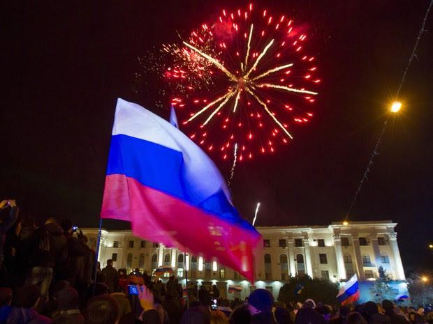 Povo da Crimeia se juntou para acompanhar a apuração dos votos  (Foto: Thomas Peter/Reuters)