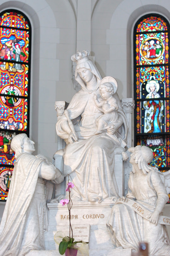 Saint Louis de Montfort places the Treatise on True Devotion to the Blessed Virgin at the feet of Our Lady, Queen of Hearts.
