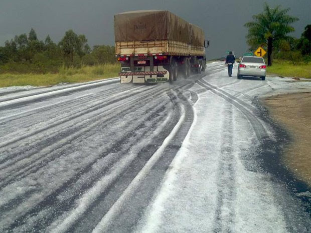 Rodovia BR-491 ficou encoberta pelo gelo na tarde desta terça-feira (Foto: Edson Cordeiro)