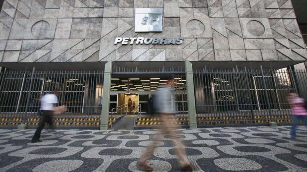 Movimento em frente ao prédio da Petrobras, no Rio de Janeiro