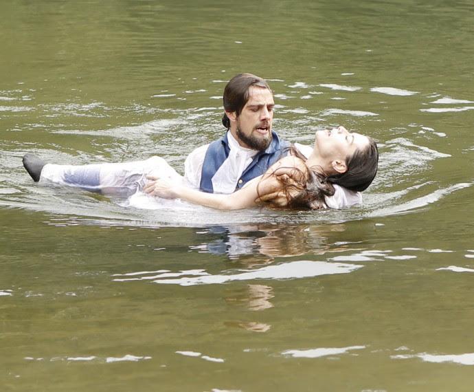 Felipe resgata Lívia (Foto: Fábio Rocha/Gshow)