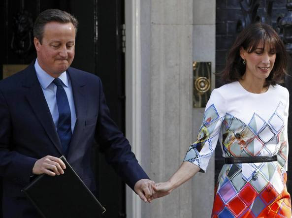 Cameron con la moglie Samantha alla conferenza stampa per l'annuncio delle dimissioni(Reuters)
