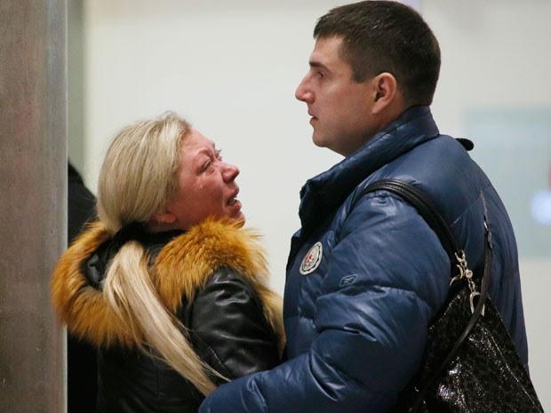 Parentes chegam ao aeroporto de São Petesburgo, na Rússia, em busca de informações sobre a queda do avião (Foto: AP Photo/Dmitry Lovetsk)