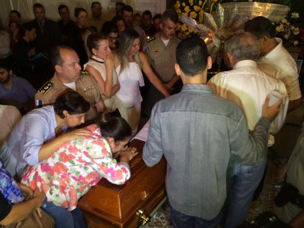 Familiares do Major Assunção lamentam morte de militar.  (Foto: Pedro Mesquita/G1)