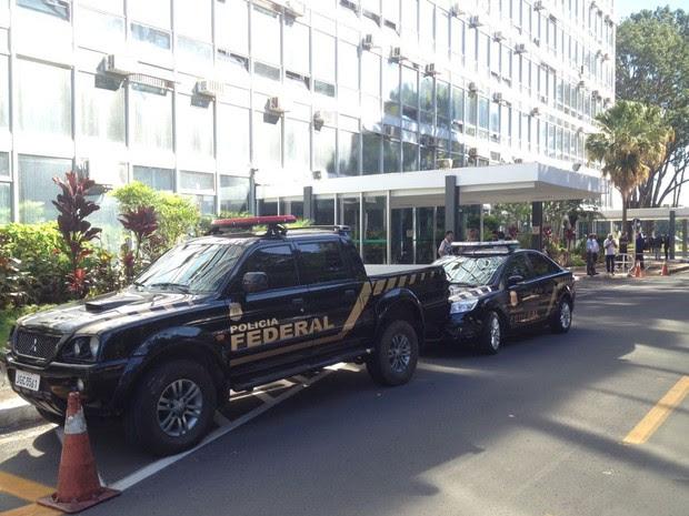 Viaturas da Polícia Federal no Ministério da Agricultura (Foto: Vitor Matos/G1)