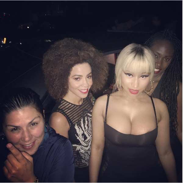 A cantora Nicki Minaj na foto em que acabou mostrando demais (Foto: Instagram)