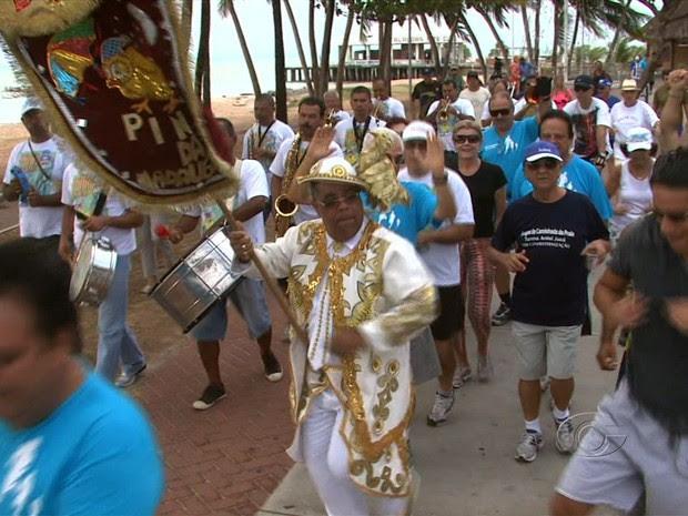 Foliões do Pinto da Madrugada comemoram o Réveillon (Foto: Reprodução/TV Gazeta)